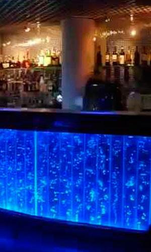 Панель смонтирована на барной стойке