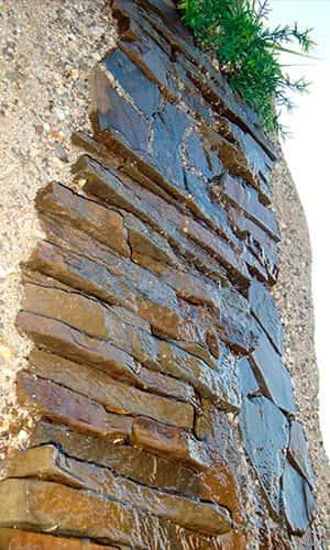 Водопад из камня с плоским водоскатом