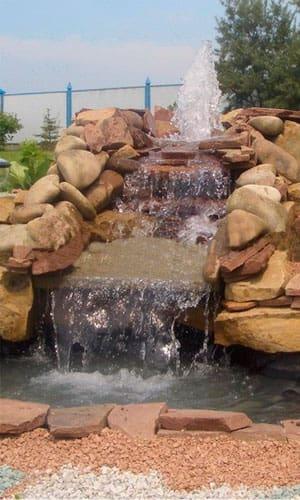 Водопад на даче из валунов