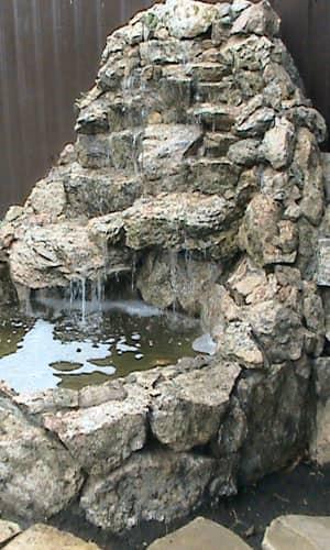Небольшой каскадный водопад