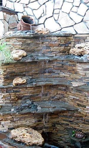 Водопад с декоративными элементами