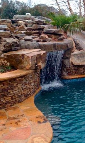 Ландшафтный водопад у бассейна