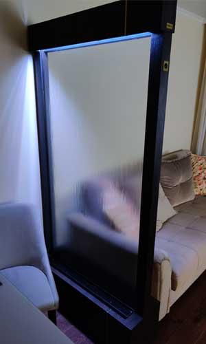 Водопад по стеклу в спальной
