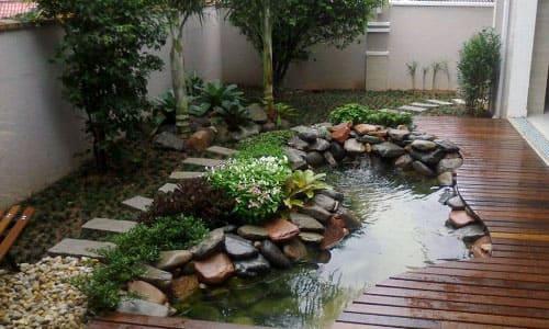 Декоративный пруд у дома