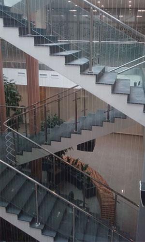 Водопад по струнам в административном здании