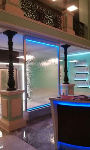 Водопад по стеклу в студии